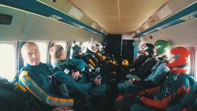 El grupo de skydivers se sienta dentro de un pequeño avión que aguardan un salto Cámara lenta almacen de metraje de vídeo