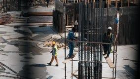 El grupo de trabajadores está construyendo la casa o el supermercado en Dubai, UAE almacen de video