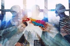 El grupo de trabajo de hombres de negocios encuentra el acuerdo llevando a cabo un pedazo de engranaje disponible concepto de tra stock de ilustración
