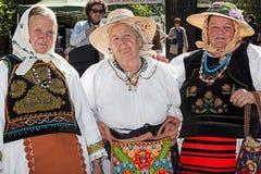 El grupo de tres viejas mujeres rumanas se vistió en trajes populares Fotos de archivo