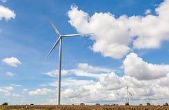 El grupo de turbinas de viento (molinoes de viento) para el en eléctrico renovable Imagen de archivo