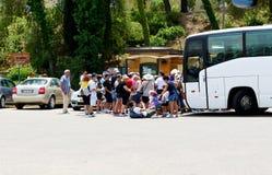 El grupo de turistas que compran boletos Foto de archivo