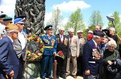 El grupo de veteranos acerca al monumento Imagen de archivo libre de regalías