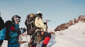 El grupo de viajeros parados en el lado de una montaña, para probar y para mejorar su equipo profesional almacen de metraje de vídeo