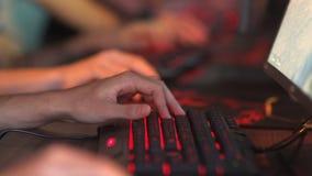 El grupo de videojugadores que juegan a los videojuegos en línea, manos se cierra para arriba
