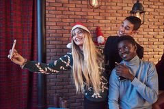 El grupo de viejos amigos heerful comunica con uno a y hace una foto del selfie El Año Nuevo está viniendo Celebre el nuevo Fotos de archivo