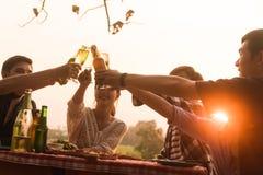 El grupo del adolescente 6 tiene partido de cena que celebra en la puesta del sol con Imagenes de archivo