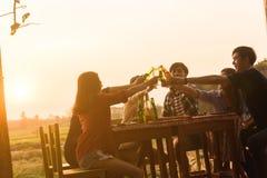 El grupo del adolescente 6 tiene partido de cena que celebra en la puesta del sol con Fotos de archivo