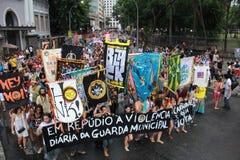 El grupo del carnaval protesta contra la violencia del guardia municipal de Río Imágenes de archivo libres de regalías