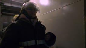 El grupo del salvador de las mujeres va trabajo en equipo de la antorcha del control del túnel