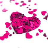 El grupo dispersó corazones en un fondo blanco Fondo del día del ` s de la tarjeta del día de San Valentín Foto de archivo