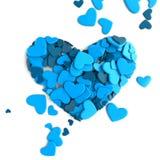 El grupo dispersó corazones en un fondo blanco Fondo del día del ` s de la tarjeta del día de San Valentín Fotos de archivo