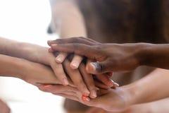 El grupo diverso de la gente apilado se unió a las manos en la opinión del primer de la pila imagen de archivo