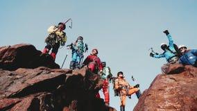 El grupo feliz de escaladores acamp? en el top de una monta?a grande y aument? feliz sus manos para arriba en honor de la captura almacen de metraje de vídeo