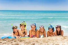 El grupo grande de muchachos y las muchachas en el mar varan Fotos de archivo