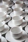 El grupo grande de tazas de té del café con leche arregló en filas Fotos de archivo