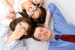 El grupo joven de hombres de negocios sonrientes Fotografía de archivo libre de regalías