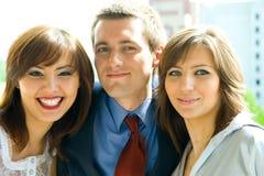 El grupo joven de hombres de negocios sonrientes Fotografía de archivo
