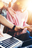El grupo joven de los compañeros de trabajo analiza proceso del informe de la reunión Proyecto de lanzamiento virtual del márketi Foto de archivo libre de regalías