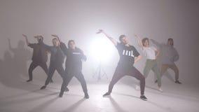 El grupo joven de seis personas adultas practica el bailar almacen de video