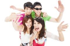 el grupo joven disfruta del partido del verano Foto de archivo libre de regalías