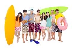 El grupo joven feliz disfruta de vacaciones de verano Fotos de archivo