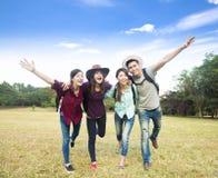 El grupo joven feliz disfruta de vacaciones y del turismo Imagen de archivo libre de regalías