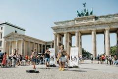 El grupo llamó el Doozy que soplaba juega jazz en el cuadrado al lado de la puerta de Brandeburgo en Berlín fotografía de archivo
