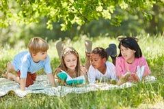 El grupo multicultural de niños aprende junto fotos de archivo