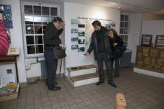 El grupo paranormal del meetup de la ciudad investiga la casa de piedra vieja Fotografía de archivo
