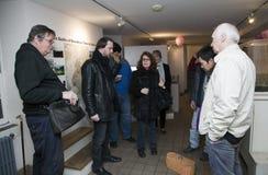 El grupo paranormal del meetup de la ciudad investiga la casa de piedra vieja Foto de archivo libre de regalías