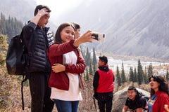 El grupo toma la foto en smartphone imagen de archivo