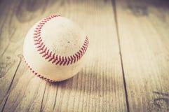 El guante viejo del deporte de la bola del béisbol sobre n envejeció Imagen de archivo