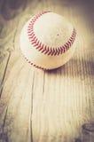 El guante viejo del deporte de la bola del béisbol sobre n envejeció Fotografía de archivo