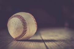 El guante viejo del deporte de la bola del béisbol sobre n envejeció Fotografía de archivo libre de regalías