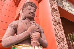 El guarda en el frente del templo hindú fotos de archivo libres de regalías