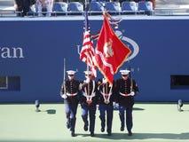 El guardia de honor de los E.E.U.U. Marine Corps durante la ceremonia de inauguración del partido final de las mujeres del US Open Imagen de archivo