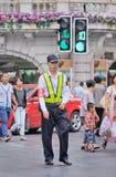 El guardia de seguridad camina en el centro de ciudad, Shangai, China Imágenes de archivo libres de regalías