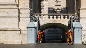 El guardia suizo en el Estado de la Ciudad del Vaticano imagen de archivo