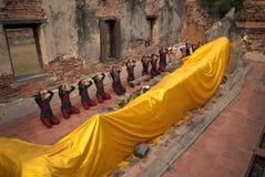 El guerrero antiguo hace un peregrinaje a Buda de descanso Imágenes de archivo libres de regalías