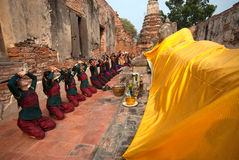 El guerrero antiguo hace un peregrinaje a Buda de descanso Fotos de archivo