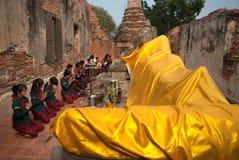 El guerrero antiguo hace un peregrinaje a Buda de descanso Fotografía de archivo
