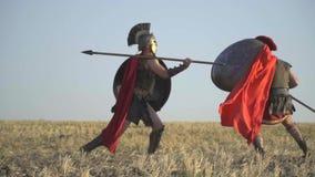 El guerrero bate maravillosamente su hombro con una lanza en su opositor almacen de video