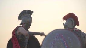 El guerrero de Greses bate del ataque de otro guerrero por un escudo redondo y de ataques contrarios por gladus almacen de video