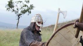 El guerrero de Viking está golpeando en el escudo durante ataque almacen de video