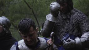El guerrero en armadura del chainmail est? rogando antes de la batalla, guerra medieval almacen de metraje de vídeo