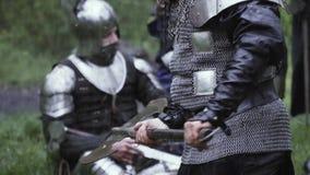 El guerrero en armadura del chainmail se est? preparando antes de la batalla y est? balanceando su hacha almacen de metraje de vídeo