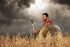 El guerrero en armadura y la capa roja tienen gusto espartano Imagen de archivo