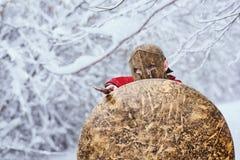 El guerrero espartano fuerte está esperando ataque en bosque del invierno Imagen de archivo libre de regalías