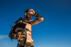 El guerrero espartano limpia el sudor de su frente Imagen de archivo libre de regalías